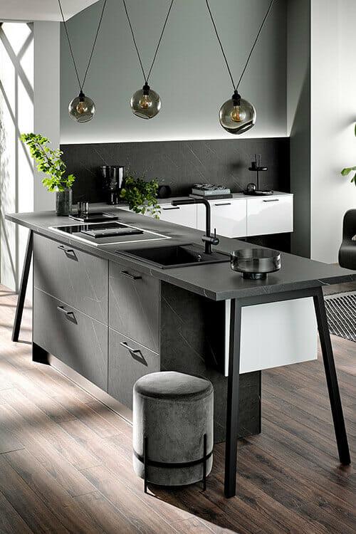 moderne Kücheninsel in dunkler Marmor-Optik mit freistehenden Füßen