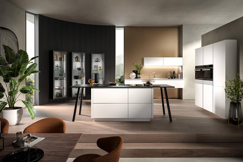 stylische offene Küche mit Designelementen in Kristallweiß