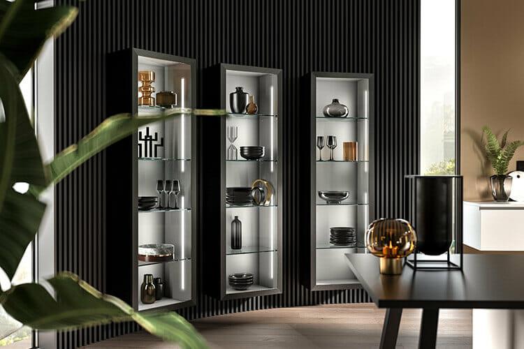 große Vitrinen mit integrierter Beleuchtung in der offenen Küche, um Vasen, Geschirr und Gläser in Szene zu setzen