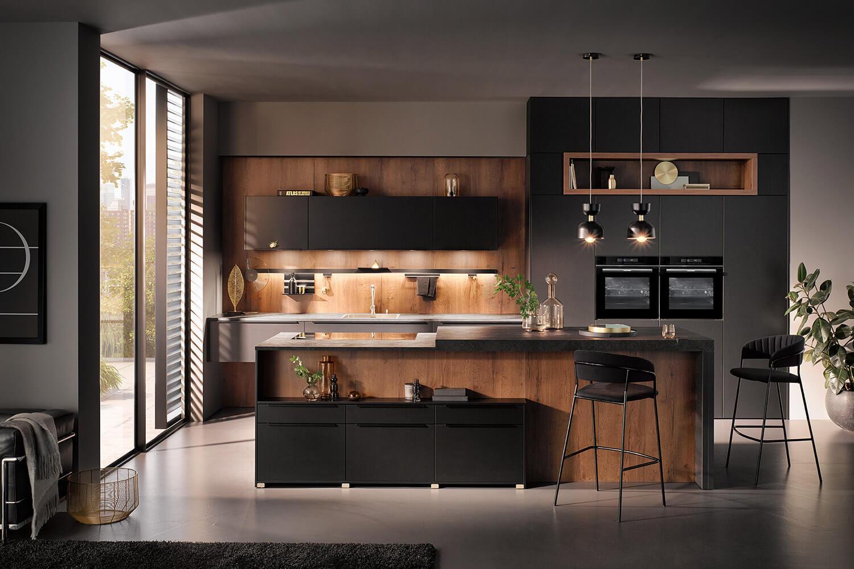 Schwarze Küche kombiniert mit natürlichen Holztönen