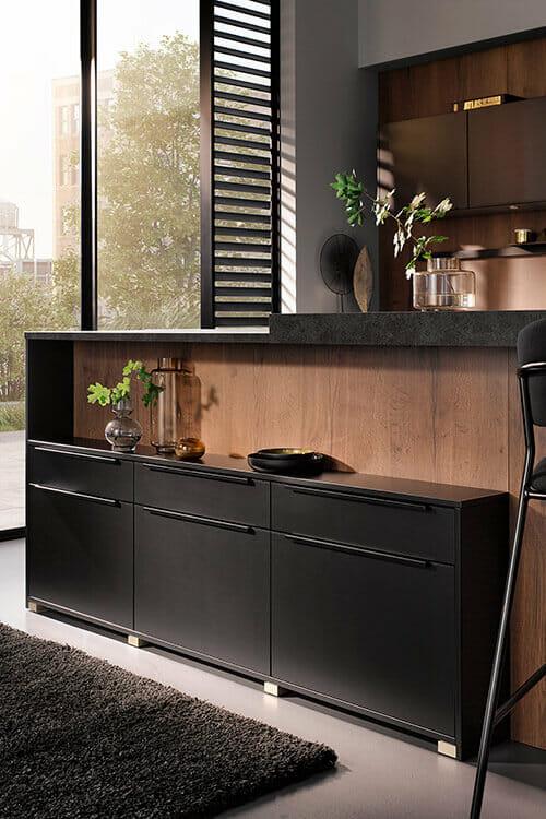 in die Kücheninsel integriertes Lowboard in schwarz