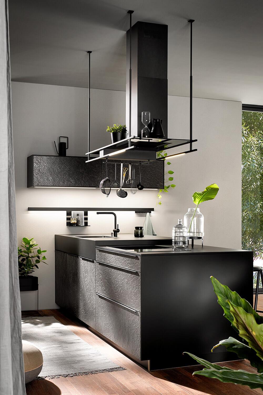 moderne Kücheninsel mit strukturierter Oberfläche und Design-Dunstabzug