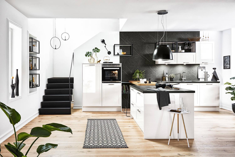 moderne Landhausküche in Weiß mit marmorierten Arbeitsplatte und Rückwand