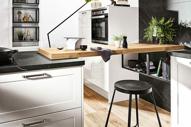Moderne Tresenlösung aus Holz in Landhausküche