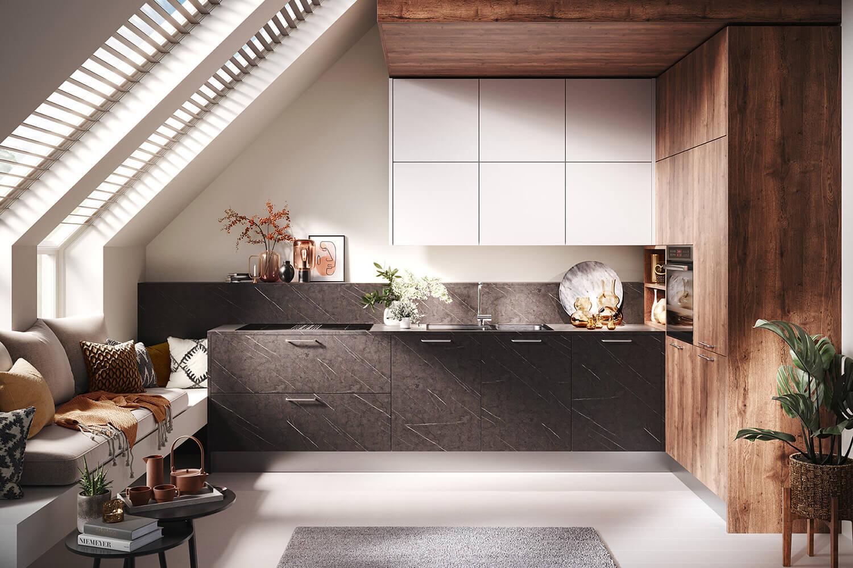 offene Wohnküche in Alteiche mit Küchenblock in Marmor-Optik