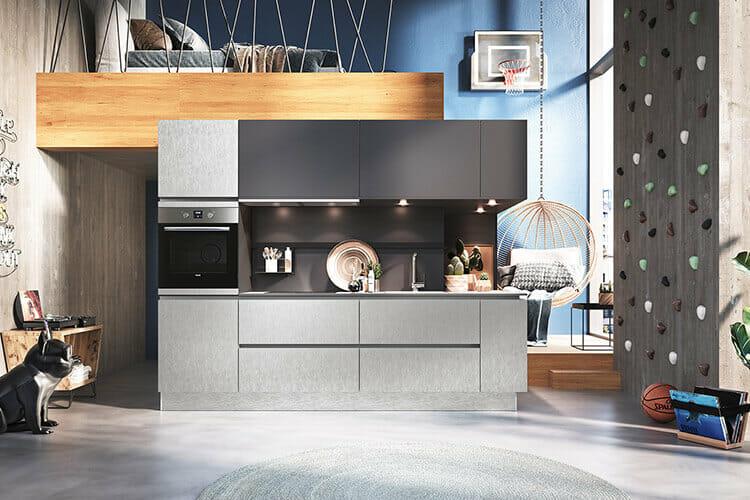 moderne grifflose Küche in Steel-Optik mit Anthrazit Highlights integriert in eine kleine Einzimmerwohnung