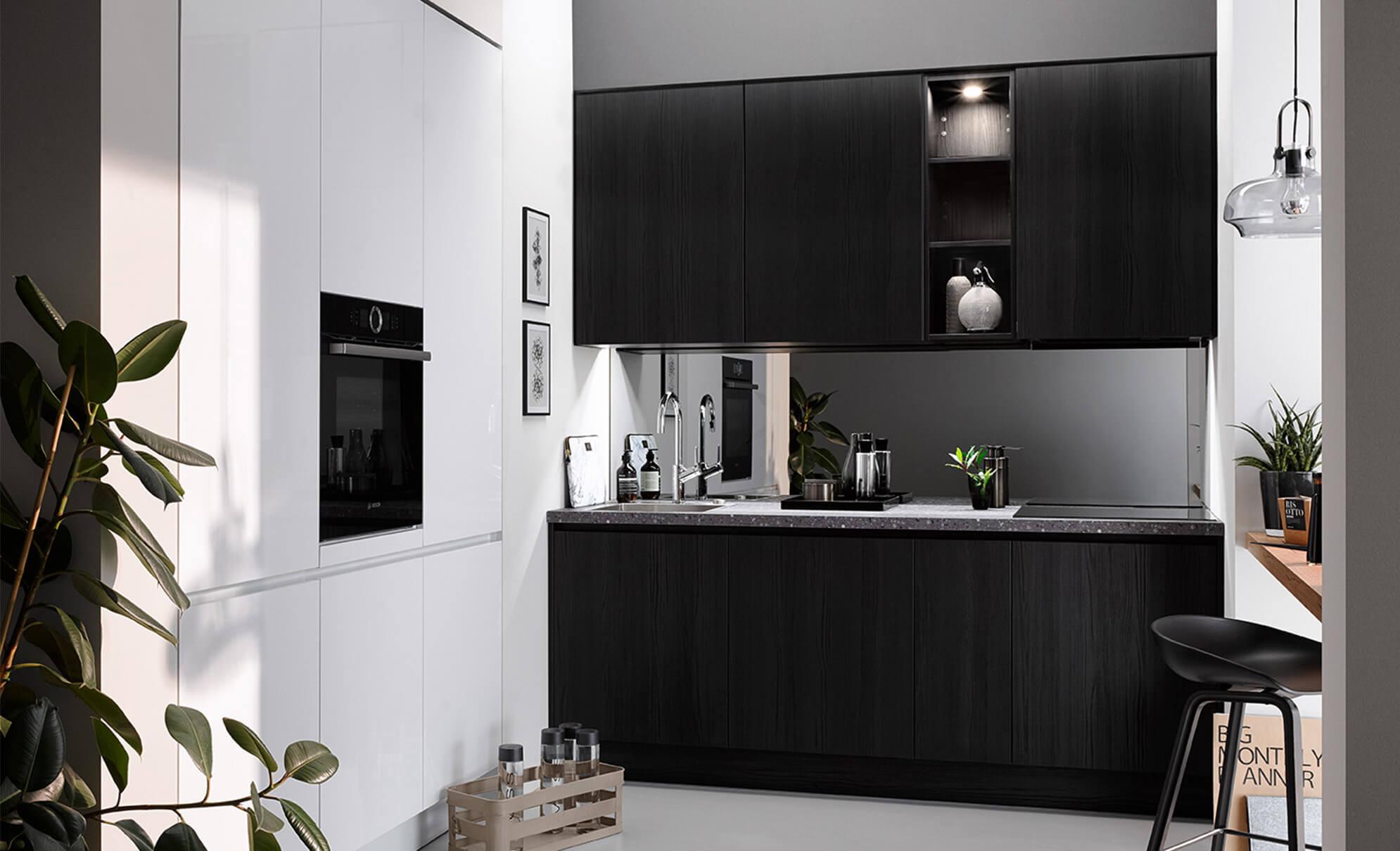 kleine Küche in Eiche schwarz mit eingekoffertem Hochschrank Element in Polarweiß