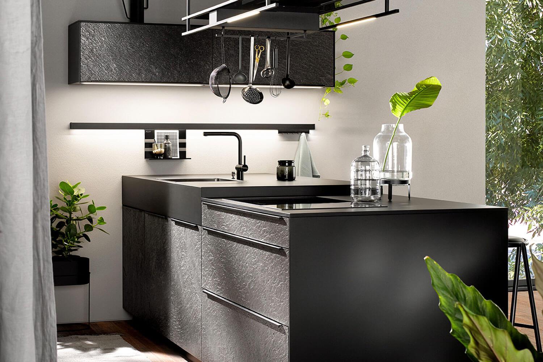 moderne Kücheninsel mit strukturierter Oberfläche in schwarz