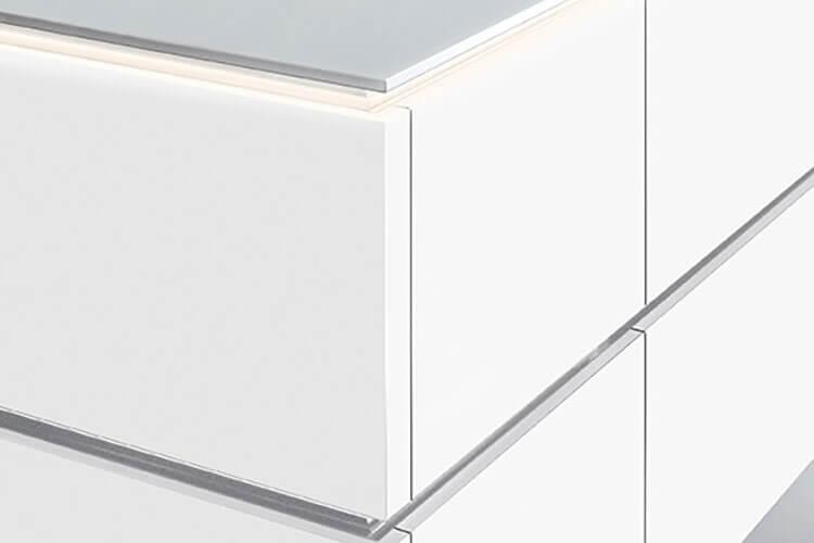 Abschlusswange der Kücheninsel mit Licht