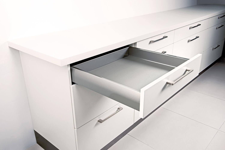Küchenzeile in Weiß mit Schubladen